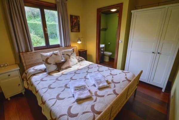 Habitación principal con cama de matrimonio